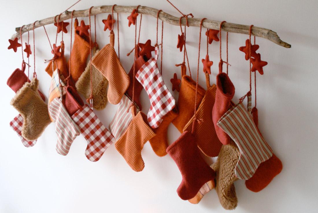Adventskalender mit genähten Socken von vorne