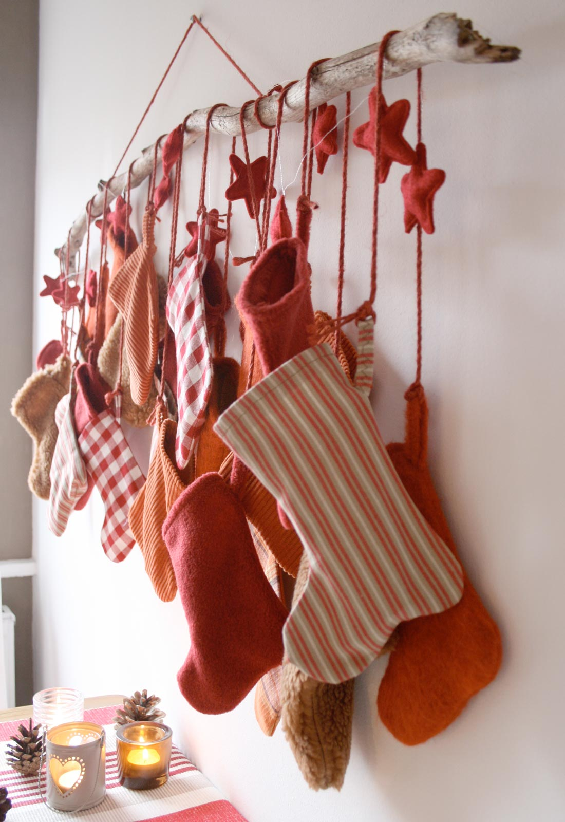 Adventskalender mit genähten Socken in rot-orange