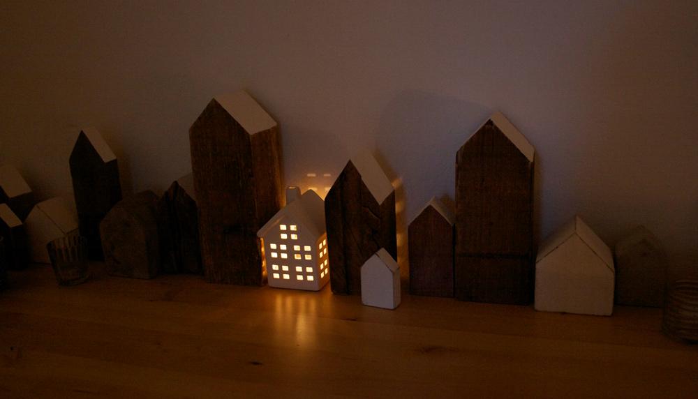 Häuserreihe mit Beleuchtung