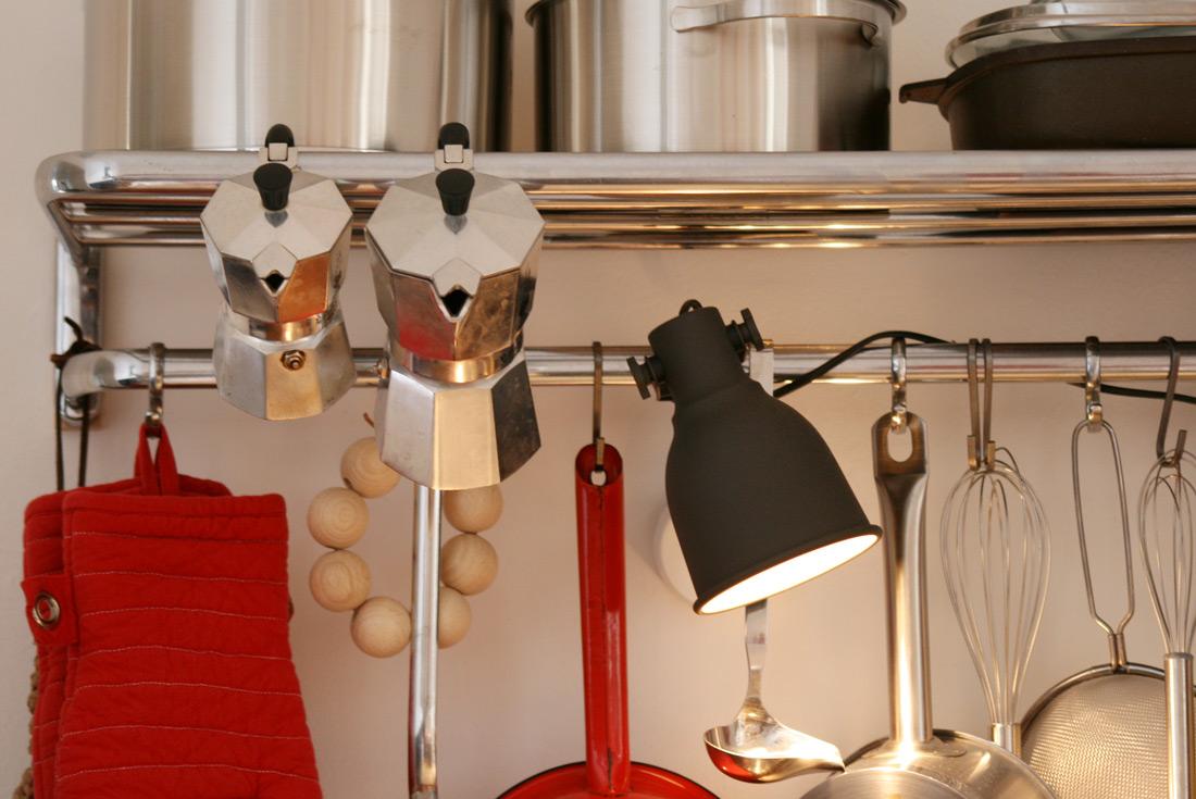 Alte Garderobe aus der Bahn als Küchenregal