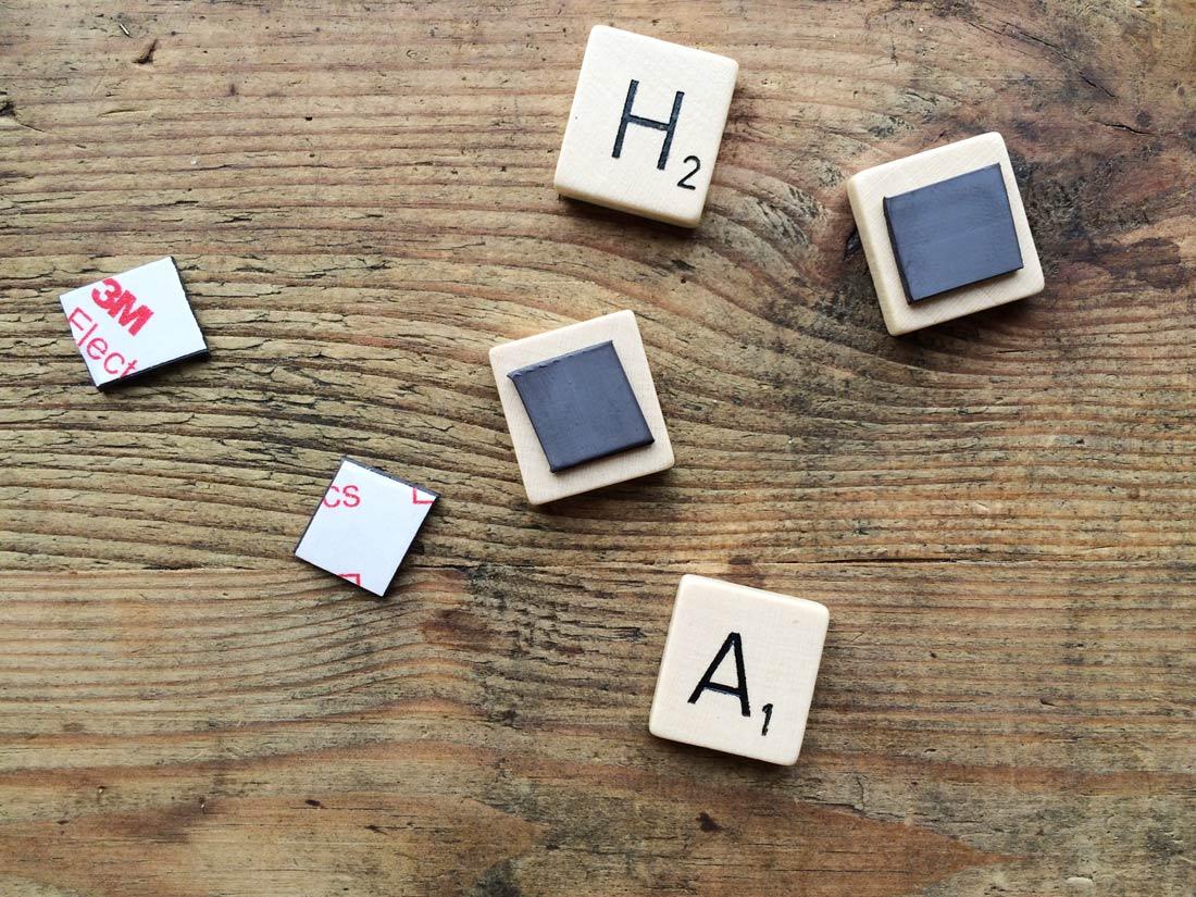 Auf die Rückseite der Buchstaben kleben