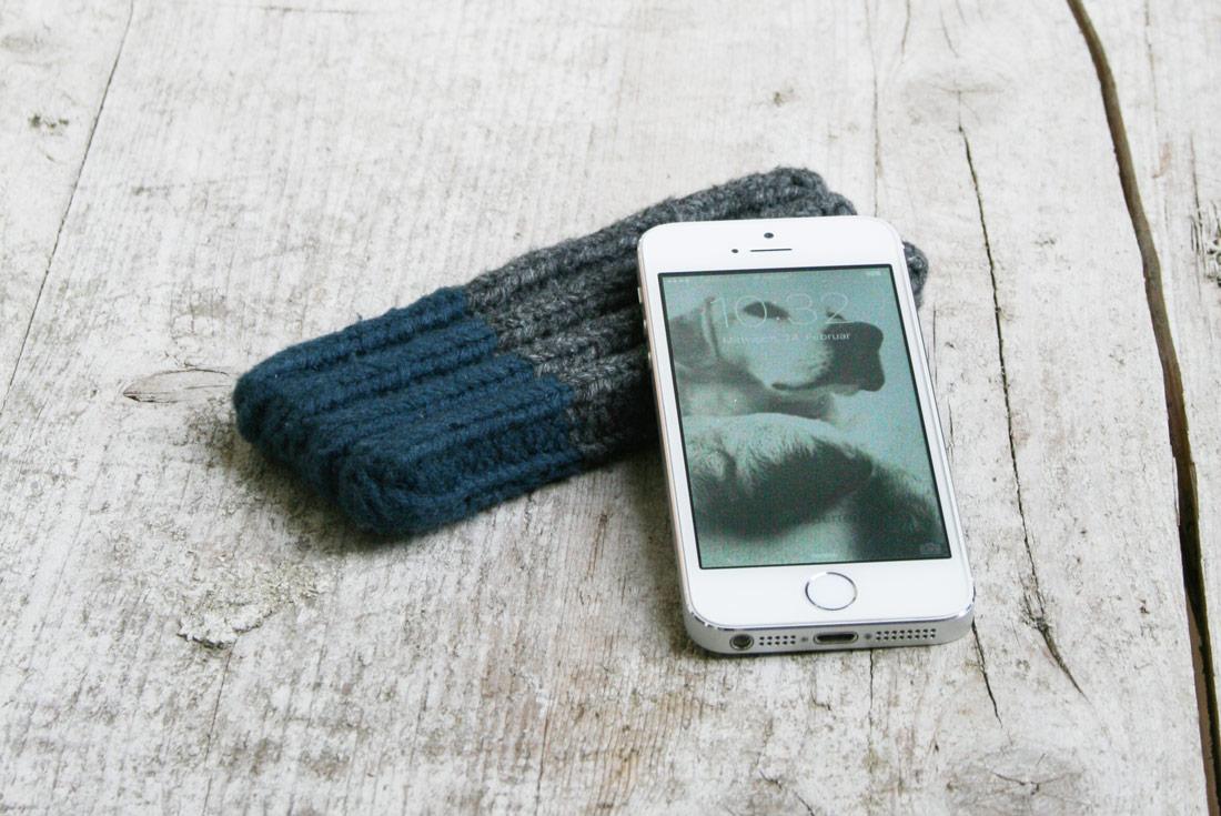 Handy auf gestrickter Hülle