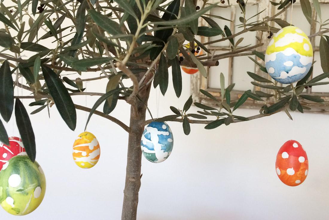 Ostereier an Olivenbäumchen