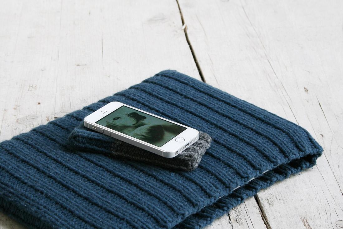 Handy auf gestrickter Hülle und Laptophülle