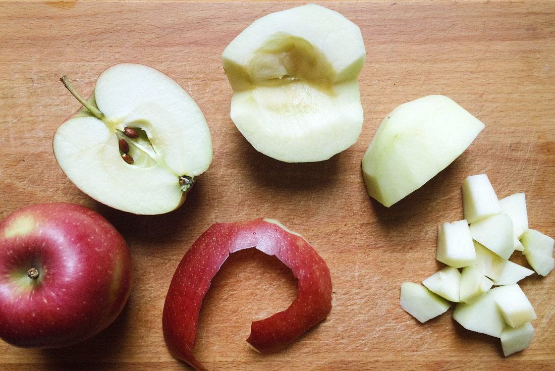 Die Äpfel schälen, entkernen und klein schneiden