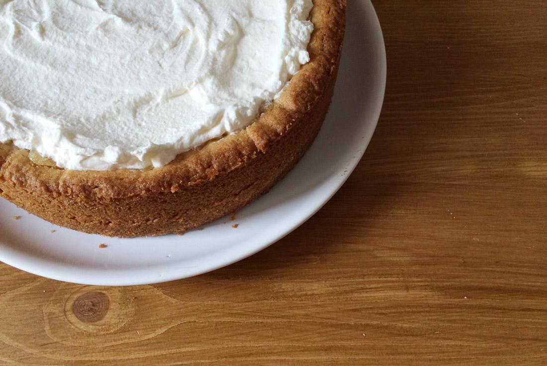 Sahne auf dem Kuchen verstreichen