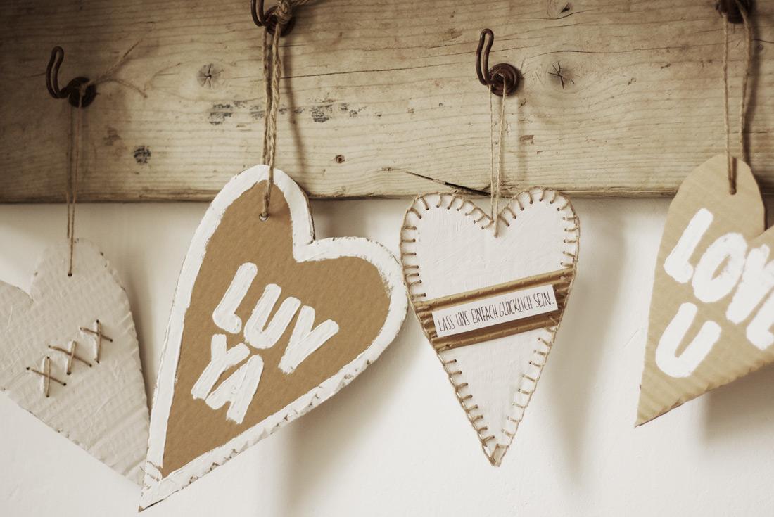 Herzen aus Pappe