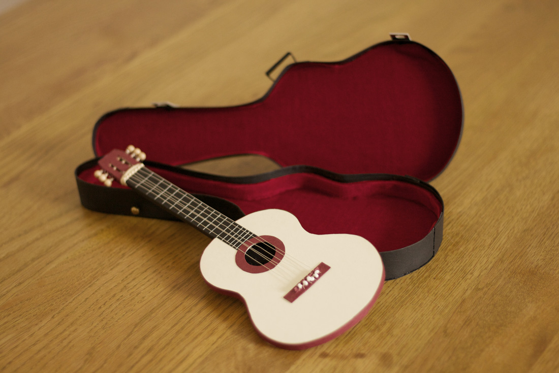 Die Rückseite der Gitarre ist die Gutscheinkarte