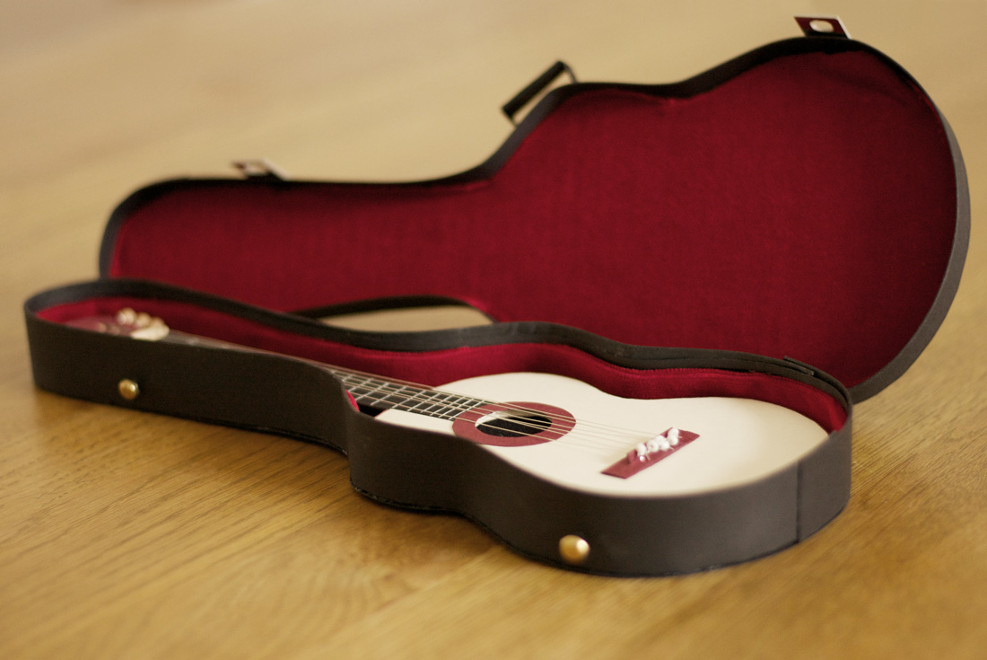Gitarrenkoffer als Geschenkgutschein basteln