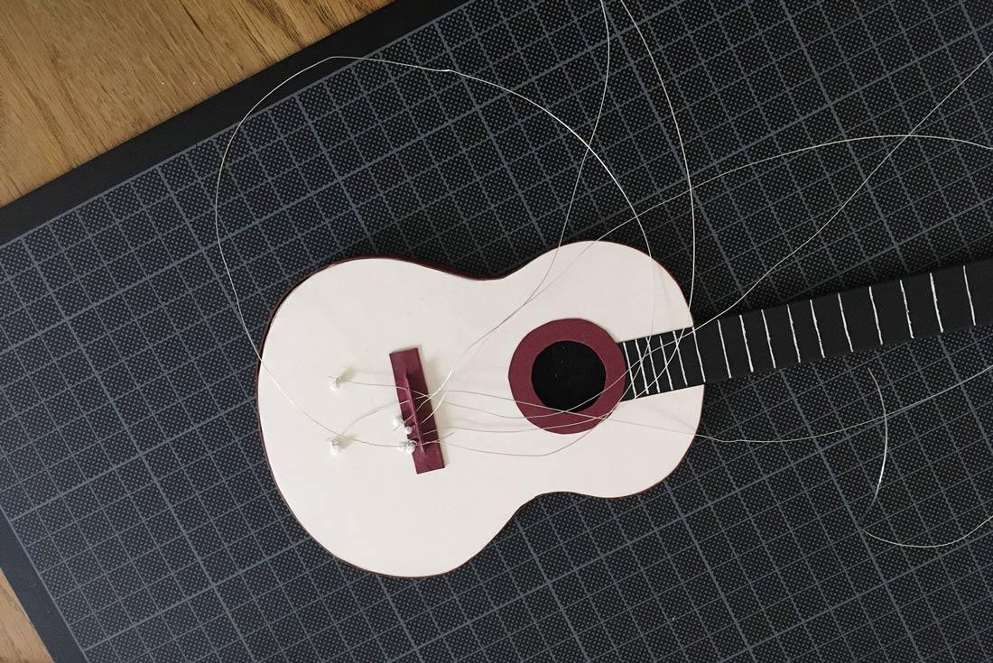 Gitarrensaiten einfädeln