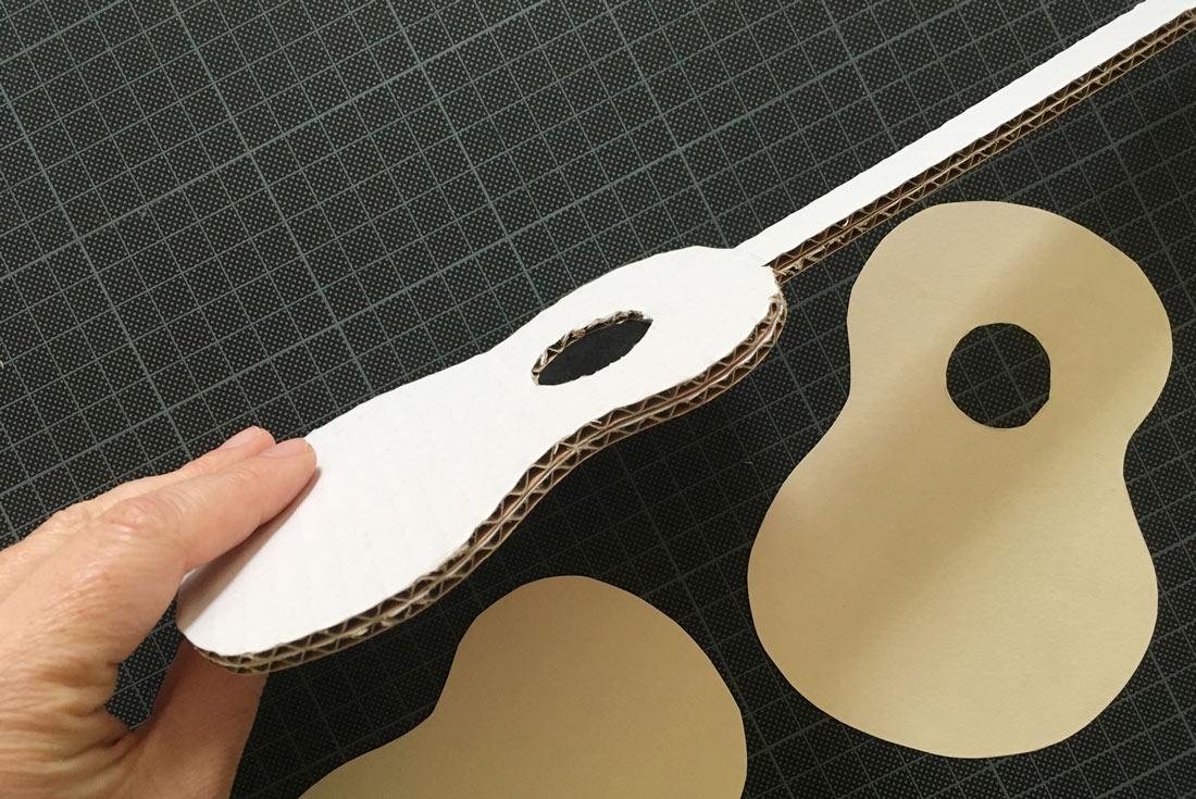 Gitarren aus Milkarton doppelt ausschneiden und bekleben