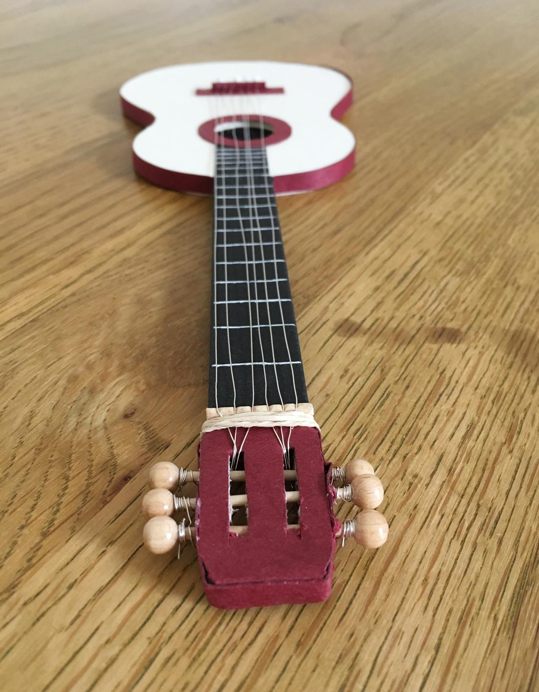 Fertige Gitarre von Kopf aus fotografiert