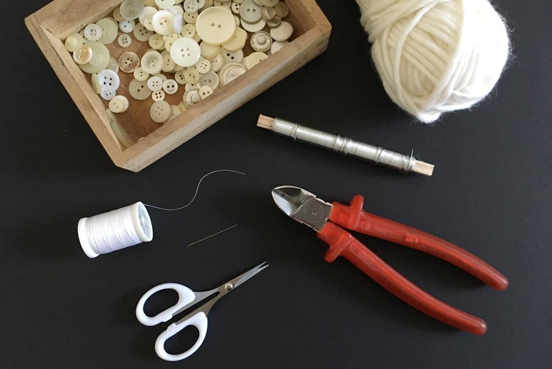Materialien für Kränze mit Perlmutknöpfen