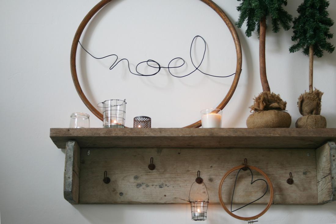 Holzreifen mit Schrift an Wand gelehnt
