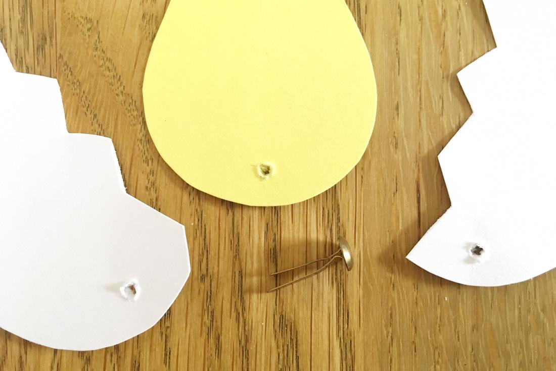 osterbastelei mit kindern k ken schl pft aus ei mit. Black Bedroom Furniture Sets. Home Design Ideas