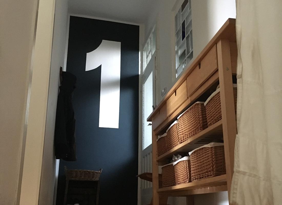 Wandgestaltung mit Zahl, erster Stock