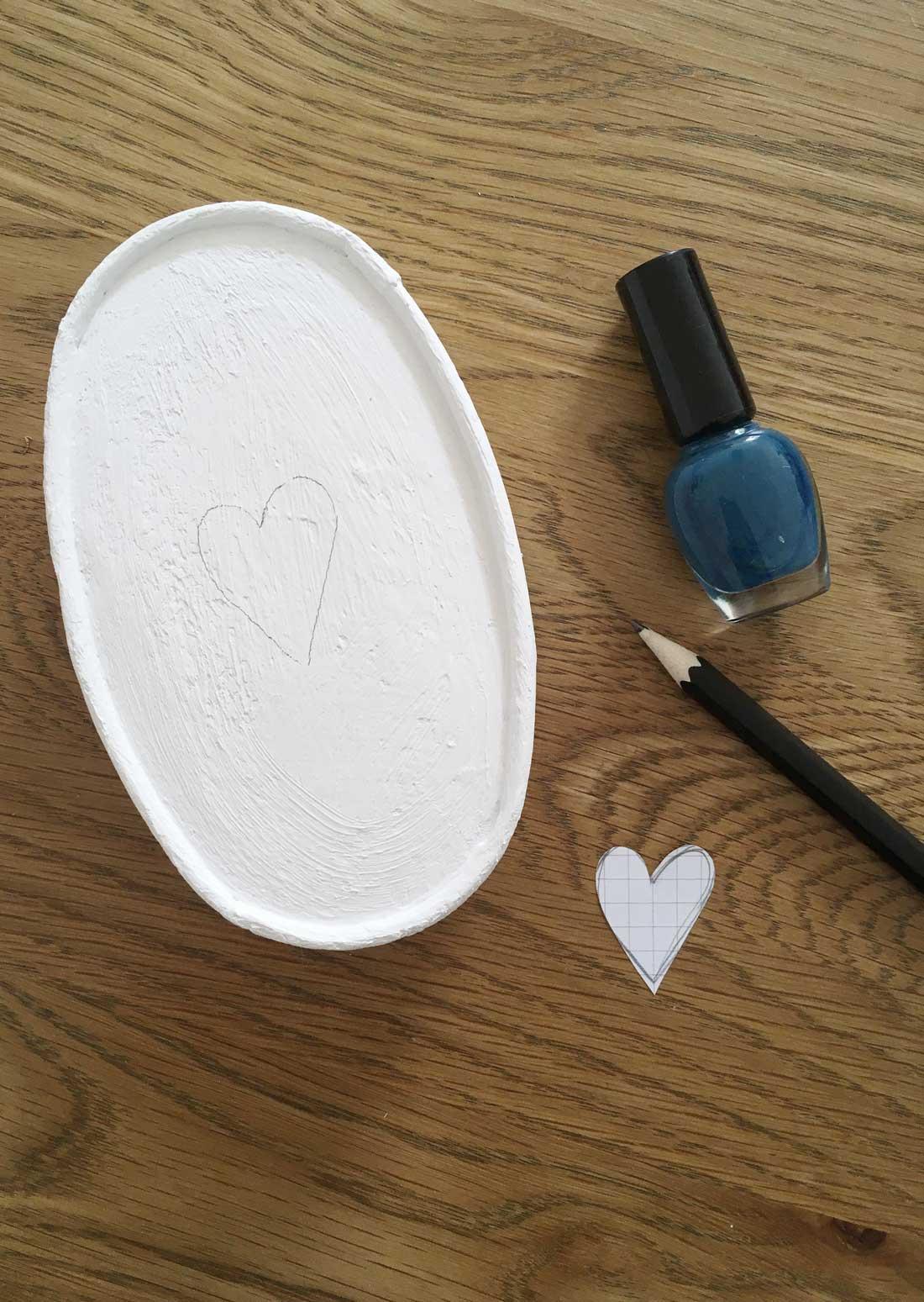 Geschenkdose mit Herz aus Nagellack