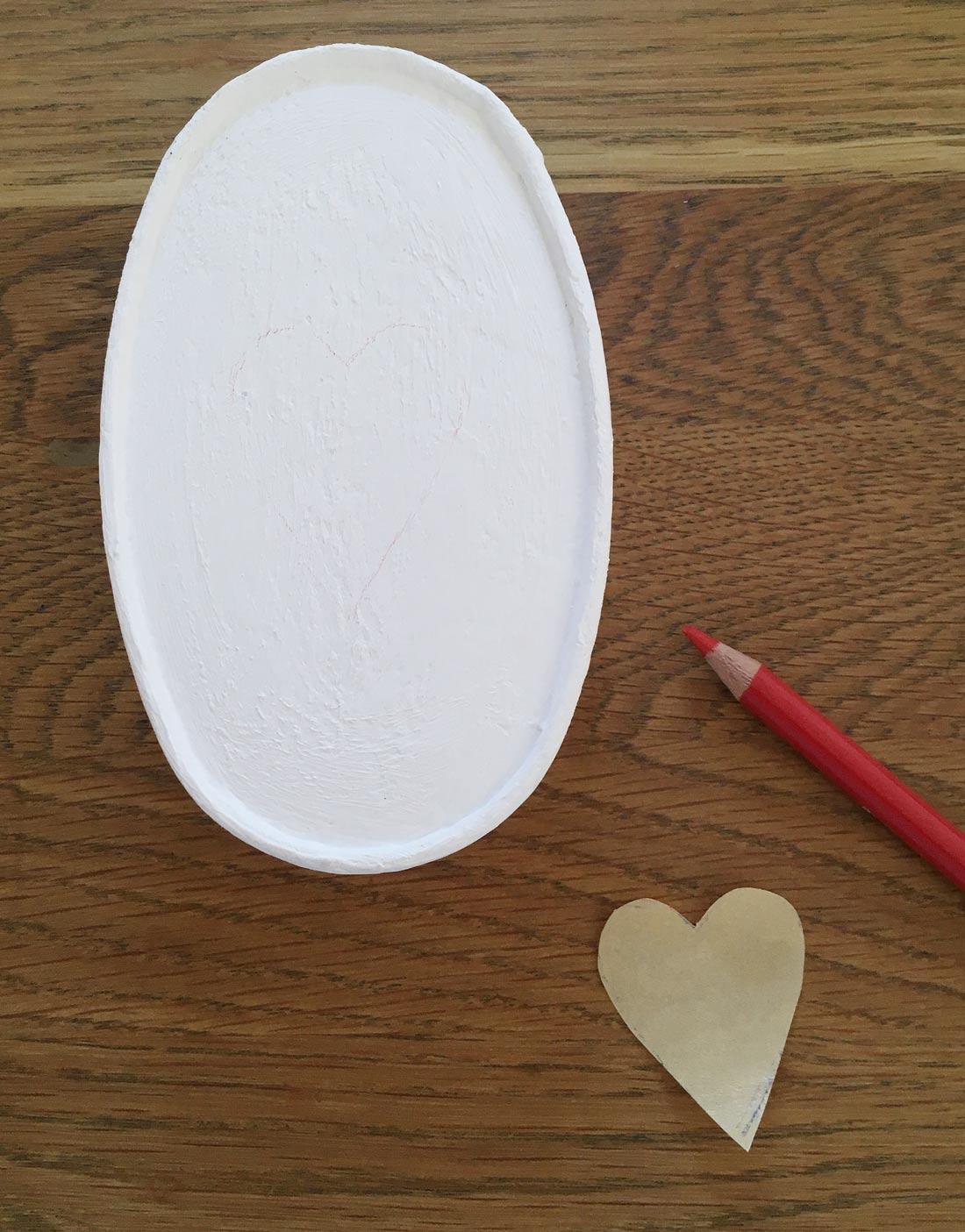 Herz mit Buntstift vorzeichnen