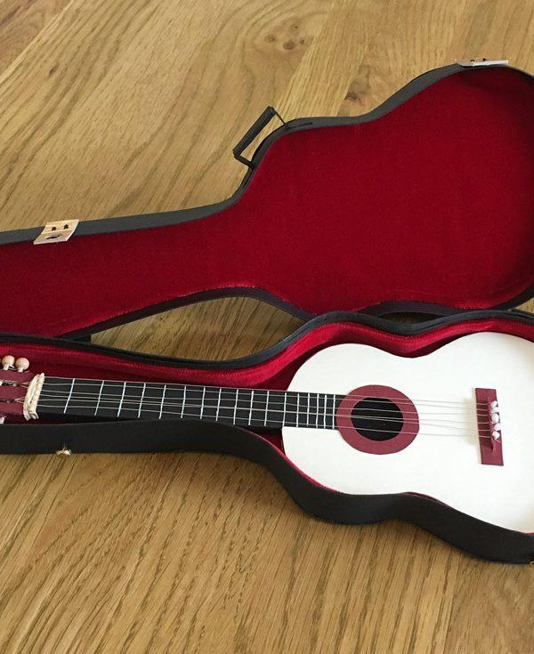 Gitarrenkoffer als Geschenkgutschein fertig