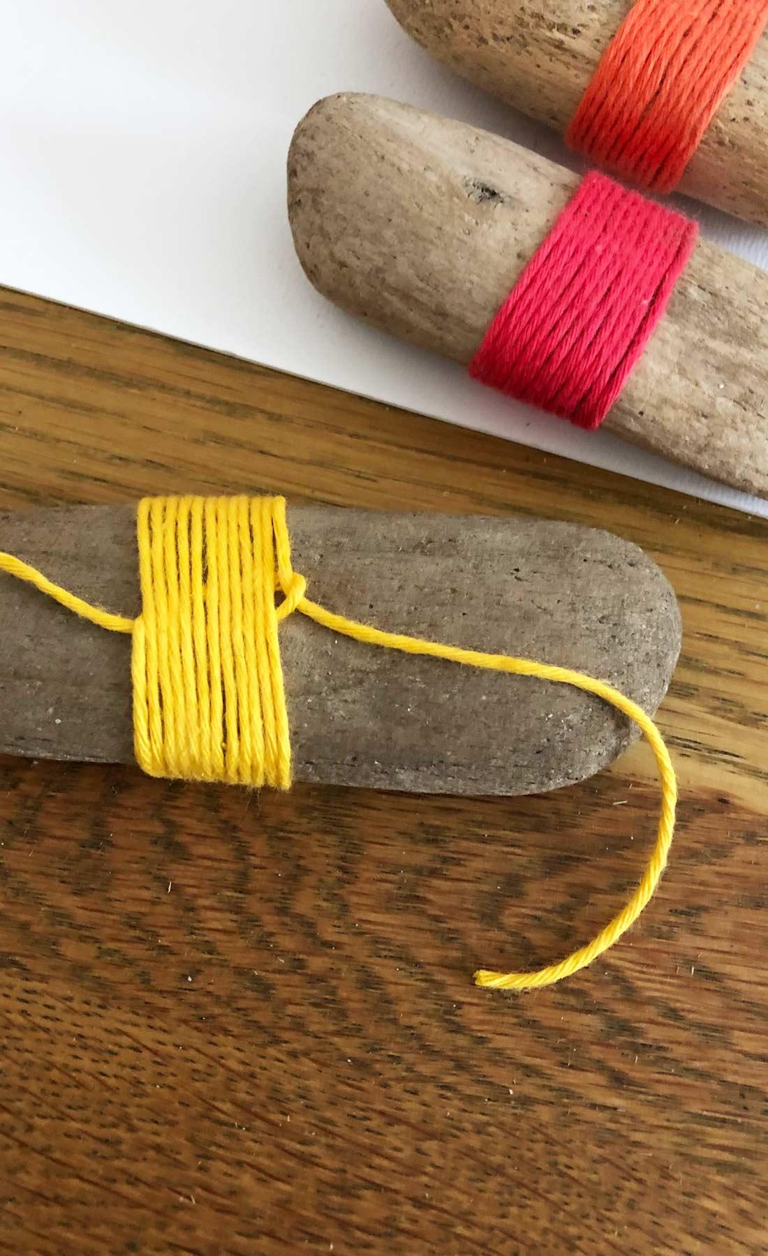 Farbenfrohe Wanddeko aus Treibholz, Schlaufe einziehen