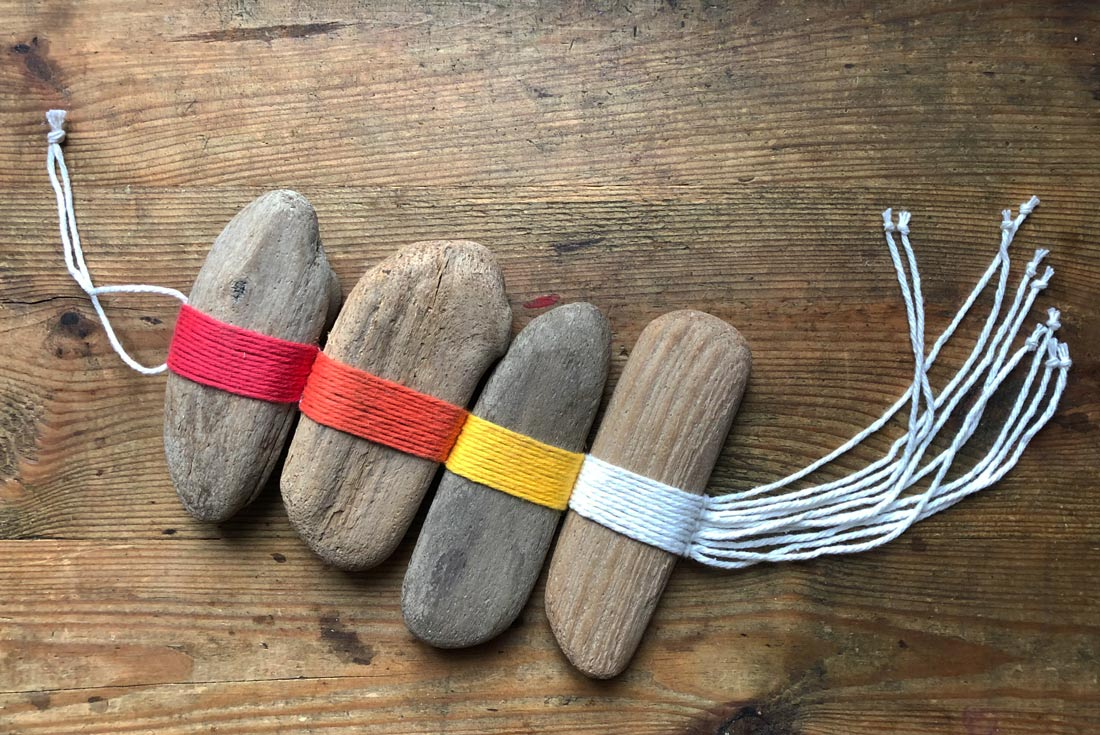 Farbenfrohe Wnddeko aus Treibholz