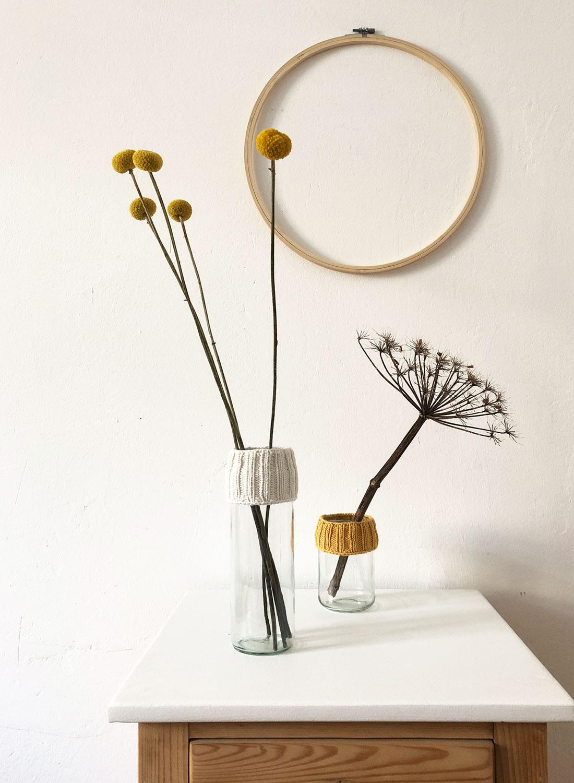 Material für Altglas mit gestrickter Stulpe